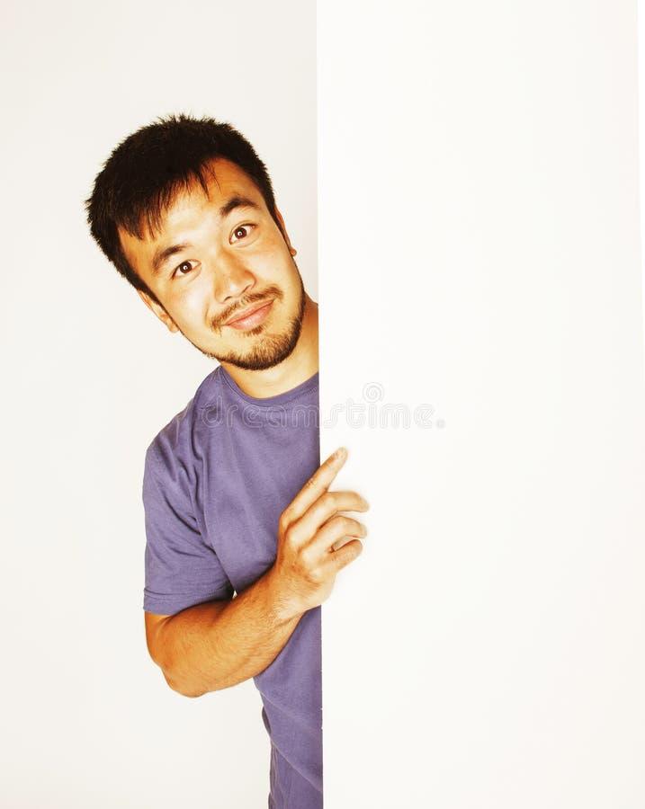 Vrij koele Aziatische mens die het lege witte plaat glimlachen houden stock afbeeldingen