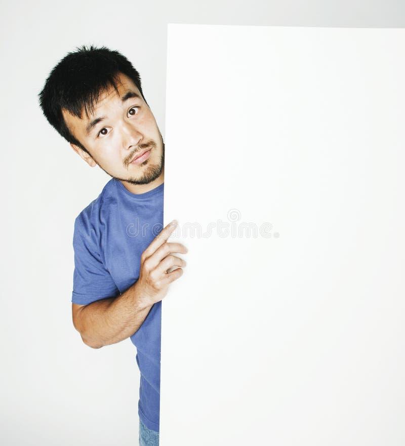 Vrij koele Aziatische mens die het lege witte plaat glimlachen houden stock afbeelding