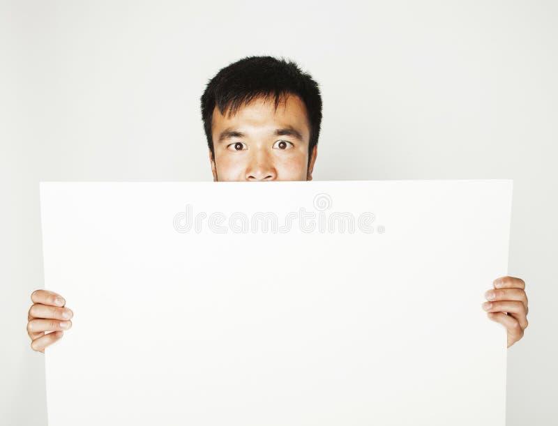 Vrij koele Aziatische mens die het lege witte plaat glimlachen houden royalty-vrije stock foto