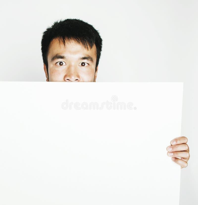Vrij koele Aziatische mens die het lege witte plaat glimlachen houden stock foto