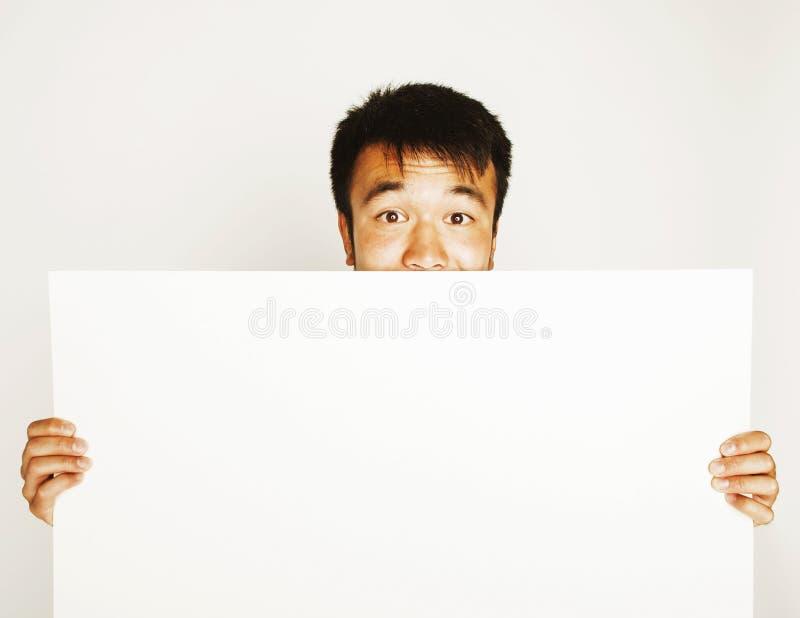 Vrij koele Aziatische mens die het lege witte plaat glimlachen houden royalty-vrije stock afbeeldingen