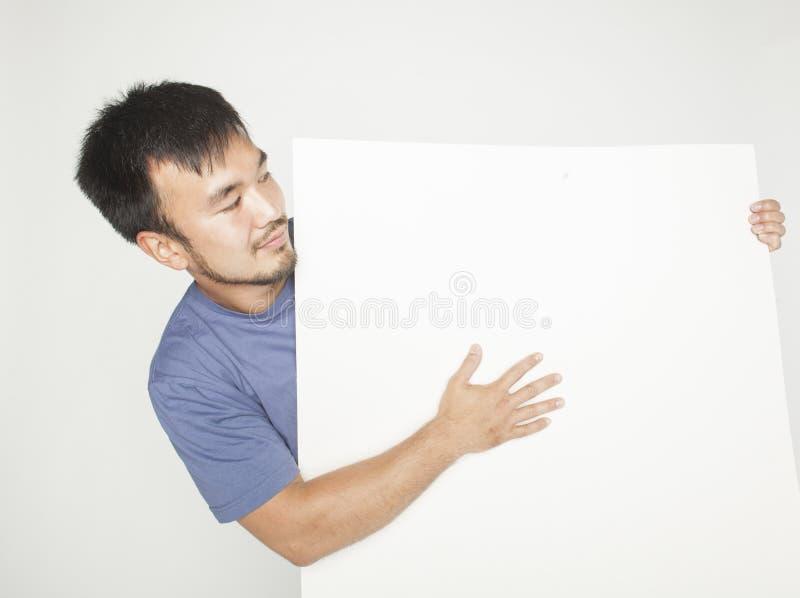 Vrij koele Aziatische mens die lege witte plaat houden royalty-vrije stock afbeelding