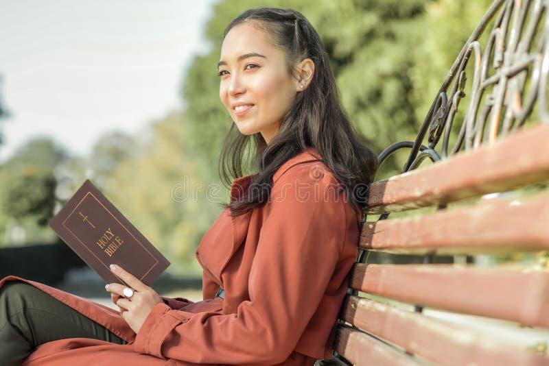 Vrij langharig meisje die haar vrije tijd in het park doorbrengen stock foto's