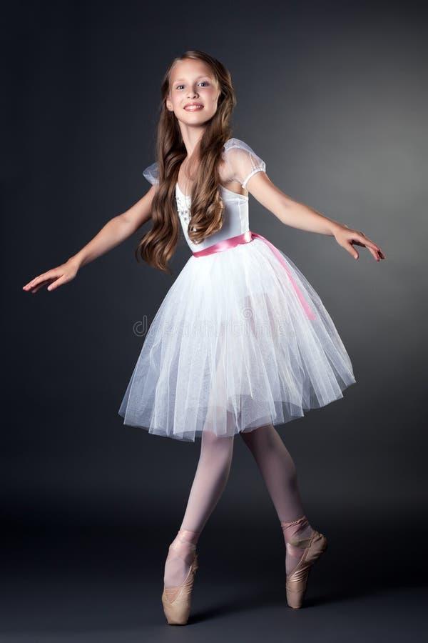 Vrij langharige ballerina die in studio dansen royalty-vrije stock fotografie