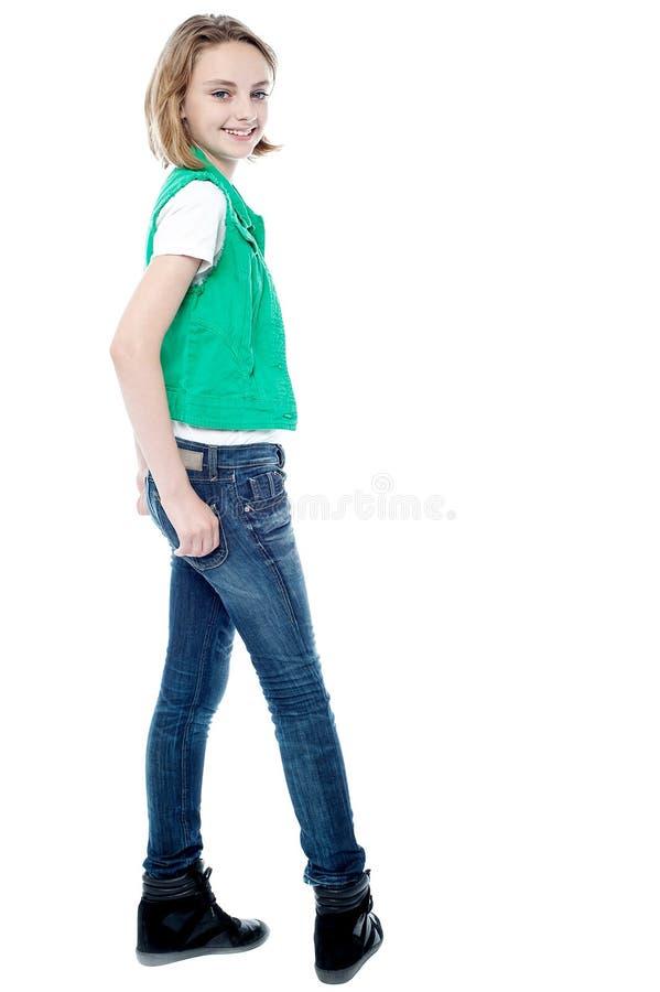 Vrij leuk meisje die terloops stellen stock fotografie