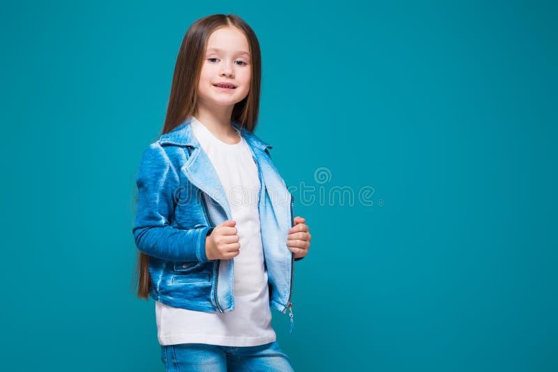 Vrij, meisje in azuurblauwe laag met donkerbruin haar royalty-vrije stock afbeeldingen