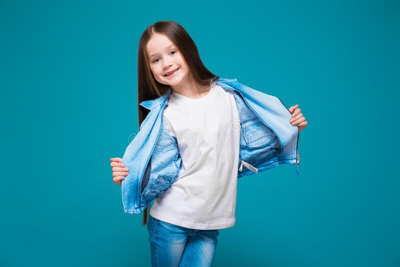 Vrij, meisje in azuurblauwe laag met donkerbruin haar stock afbeelding