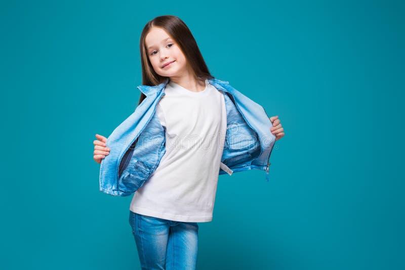 Vrij, meisje in azuurblauwe laag met donkerbruin haar stock afbeeldingen