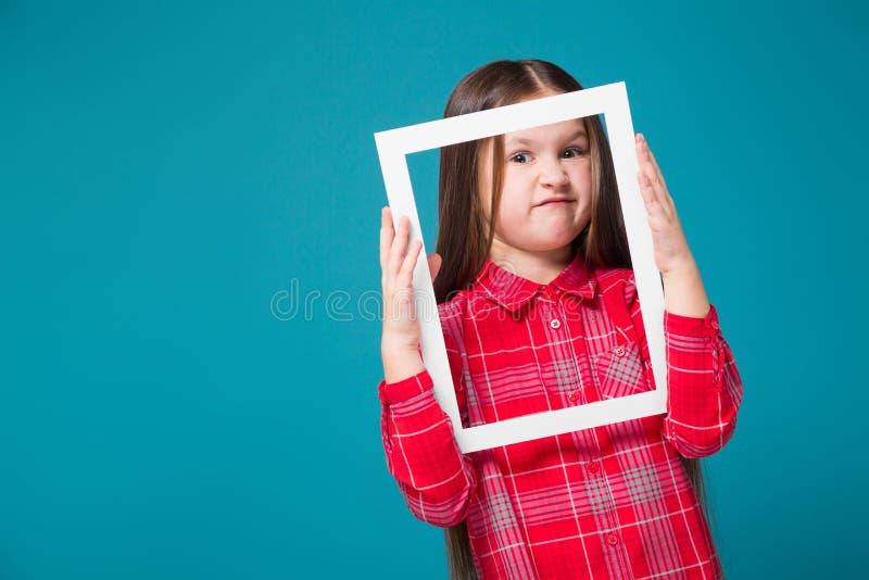 Vrij, meisje in geruit overhemd met de donkerbruine omlijsting van de haargreep royalty-vrije stock foto