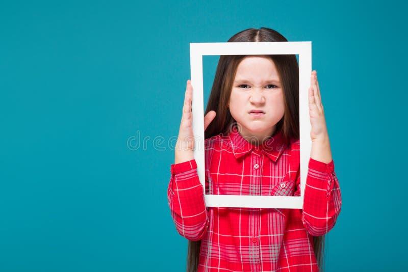 Vrij, meisje in geruit overhemd met de donkerbruine omlijsting van de haargreep royalty-vrije stock fotografie