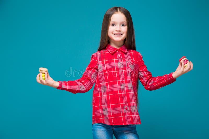 Vrij, meisje in geruit overhemd met de donkerbruine verschillende koekjes van de haargreep royalty-vrije stock foto