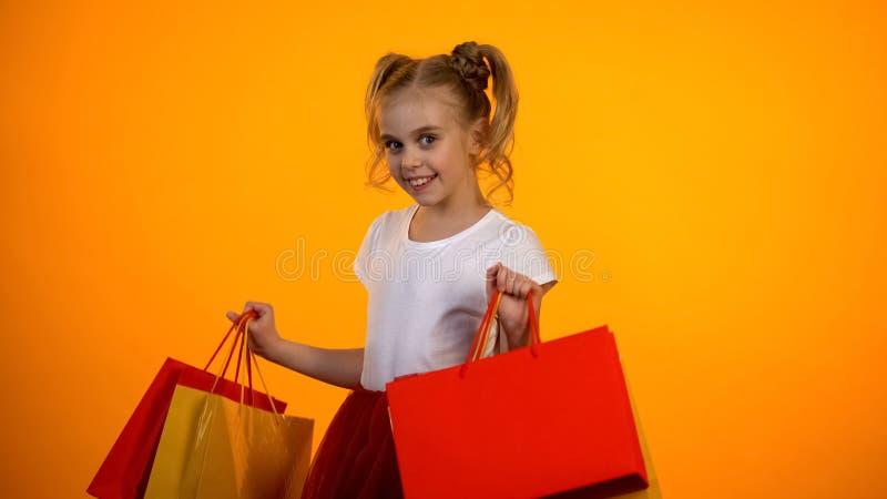 Vrij modieuze meisjesholding het winkelen zakken, kortingen en verkoop, zwarte vrijdag royalty-vrije stock foto's