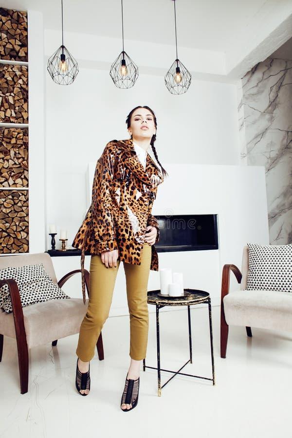 Vrij modieuze vrouw in manierkleding met luipaarddruk samen in binnenland van de luxe het rijke ruimte, het concept van levenssti royalty-vrije stock foto