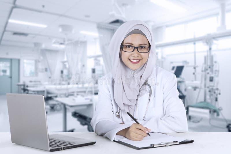 Vrij moslimarts die in het ziekenhuis glimlachen stock foto's