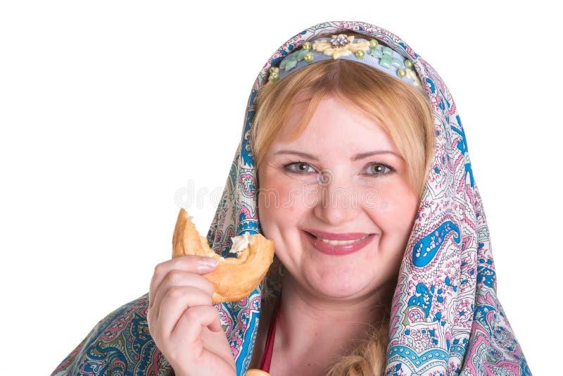 Vrij plus groottevrouw in Russische nationale sjaal met een stapel van stock fotografie