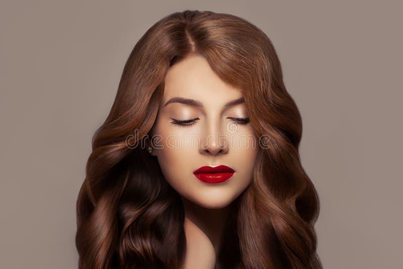 Vrij redhead vrouw Mooi roodharigemeisje met golvend kapsel en perfecte make-up, leuke gezichtsclose-up royalty-vrije stock fotografie
