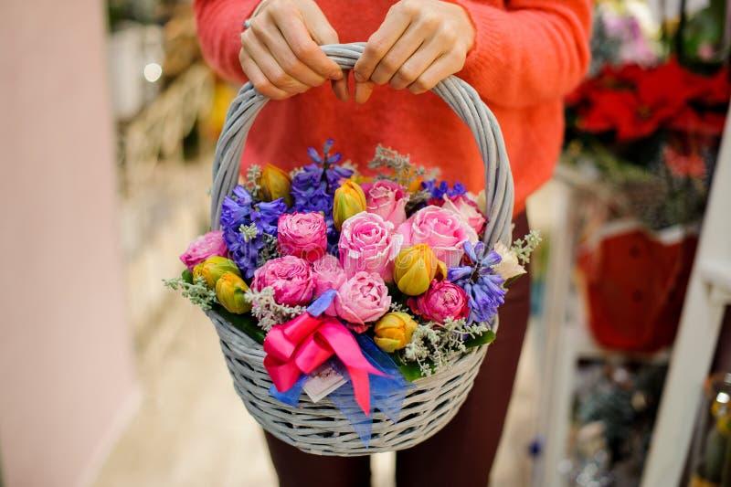 Vrij rieten mand met mooie bloemsamenstelling royalty-vrije stock afbeelding
