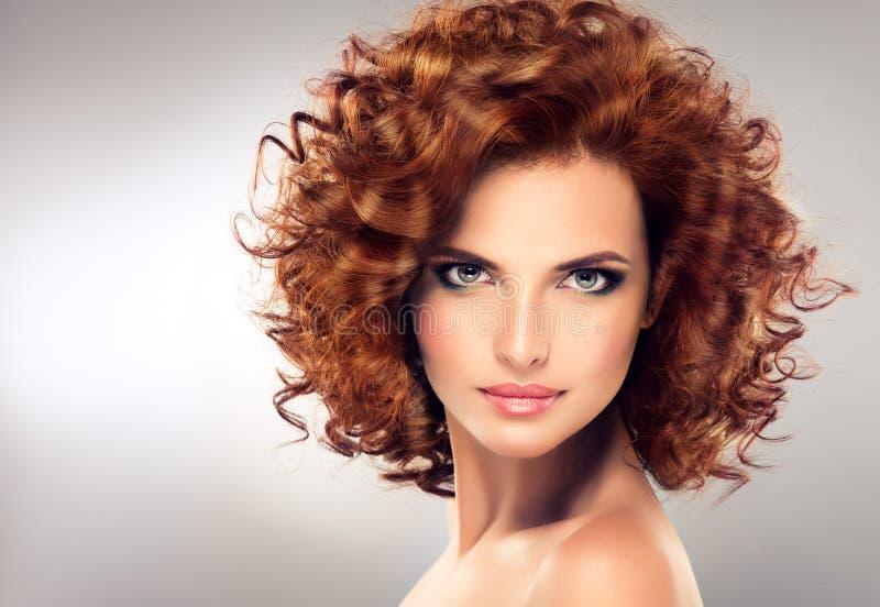 Vrij rood haired meisje met krullen royalty-vrije stock afbeelding