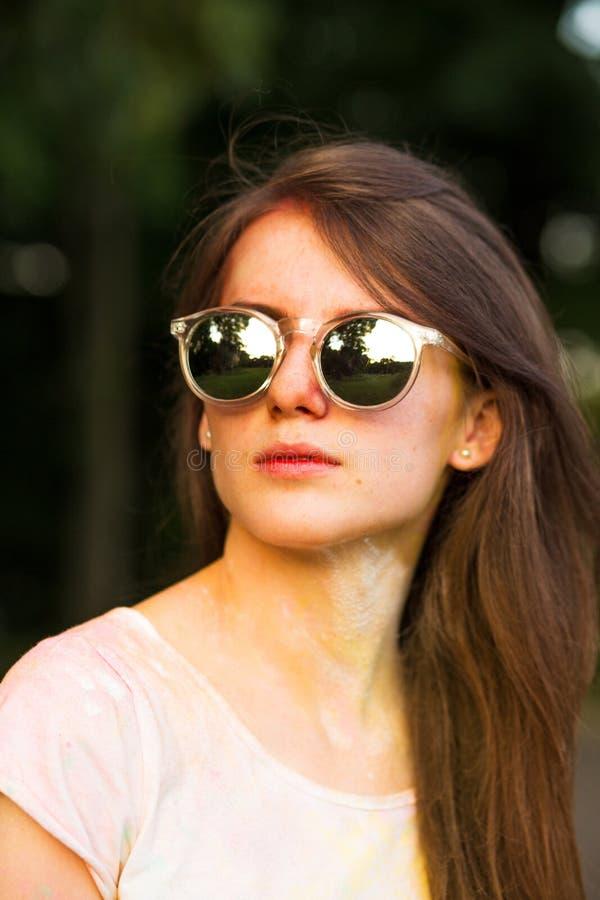Download Vrij Rood Haired Model Met Sproeten, Die Zonnebril, Posin Dragen Stock Foto - Afbeelding bestaande uit summer, kleur: 107706046