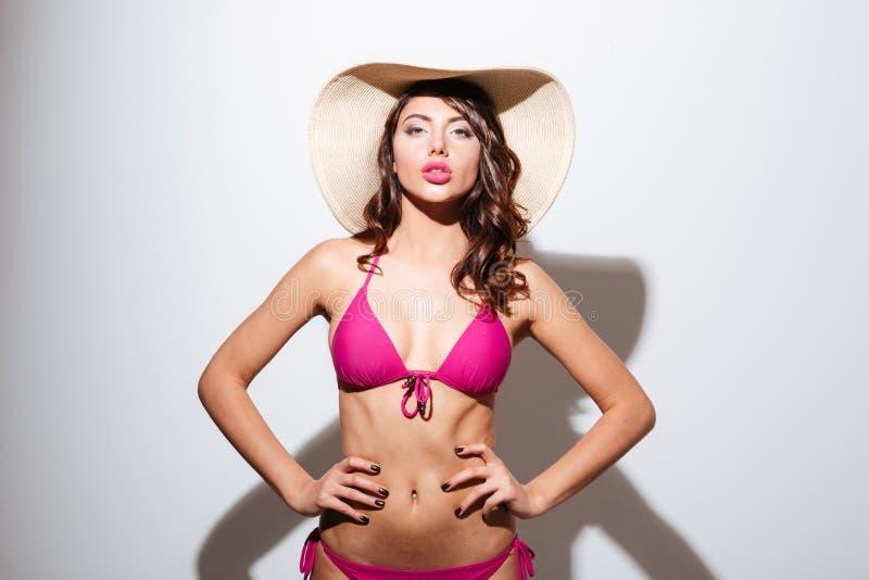 Vrij sexy aantrekkelijk meisje dat strand hoed en het stellen draagt royalty-vrije stock afbeelding