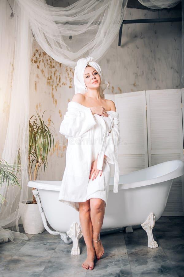 Vrij slanke Kaukasische vrouw in badkamers stock afbeelding
