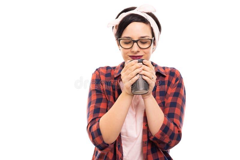 Vrij speld-op meisje die glazen dragen die van a genieten om te gaan kop van coffe royalty-vrije stock afbeeldingen
