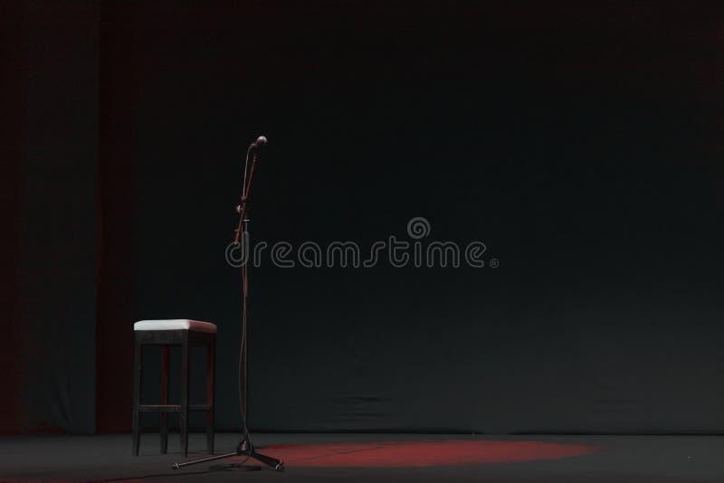 Vrij stadium met lichten, verlichtingsinrichtingen op theater met rode vlek stock fotografie