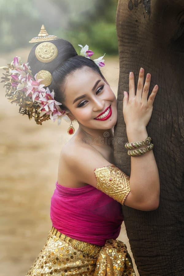 Vrij Thais meisje in traditionele Thaise kleding royalty-vrije stock afbeeldingen
