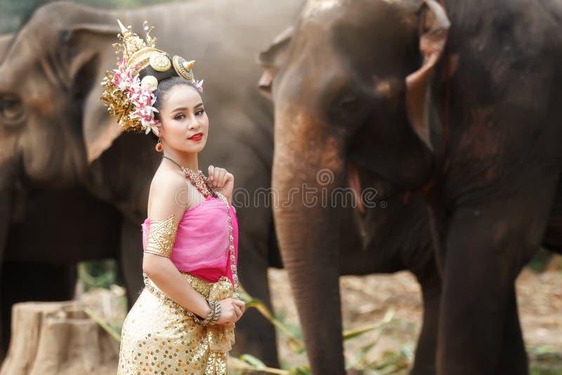 Vrij Thais meisje in traditionele Thaise kostuums stock foto's
