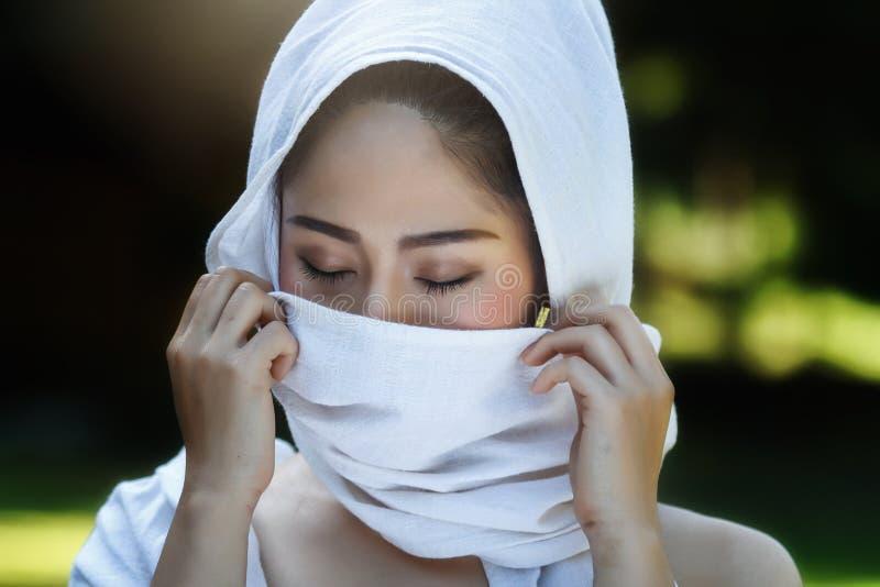 Vrij Thais meisje in traditionele Thaise kostuums stock foto
