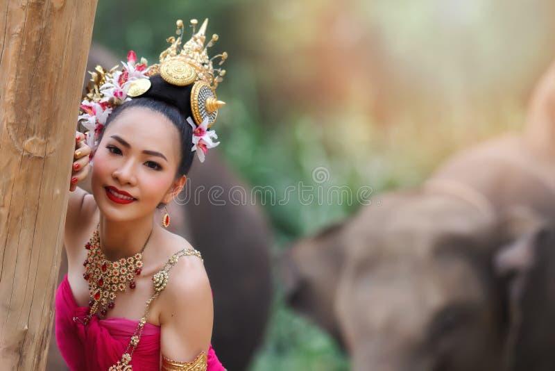Vrij Thaise meisjes in traditionele Thaise kostuums stock afbeeldingen