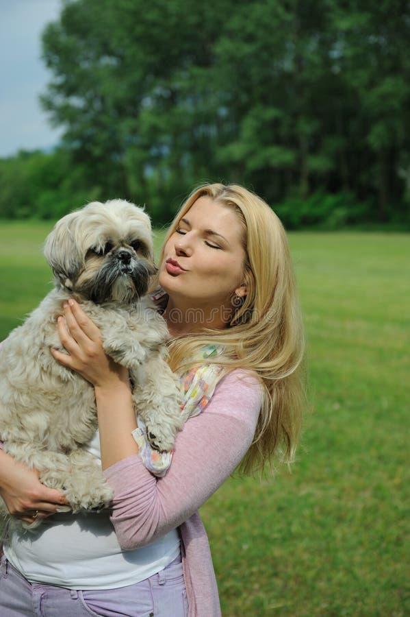 Vrij toevallige vrouw met leuk weinig hond in openlucht stock foto