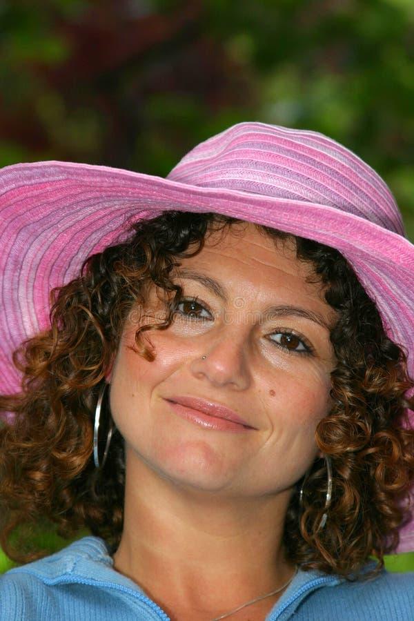 Vrij Tunesisch meisje in roze hoed stock fotografie
