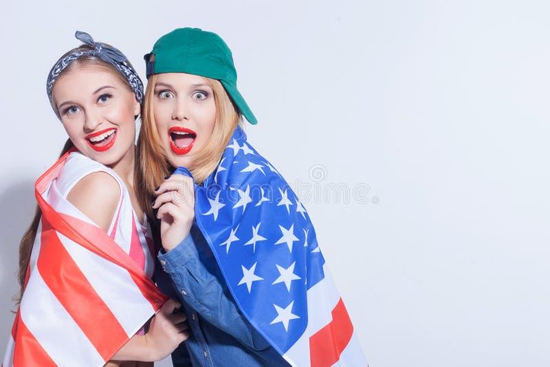 Vrij twee jonge vrouwen zijn de echte patriotten royalty-vrije stock afbeelding