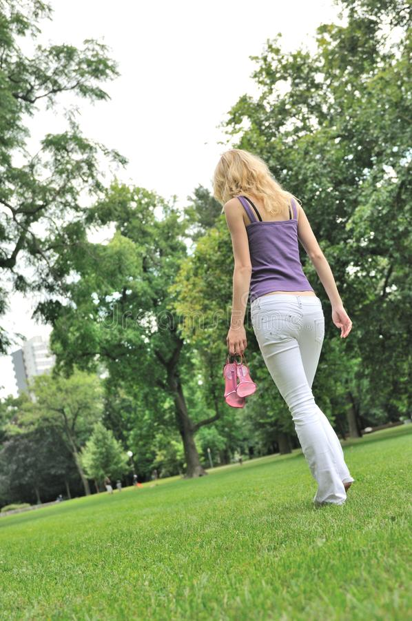 Vrij voelen - blootvoets lopend in park stock foto's