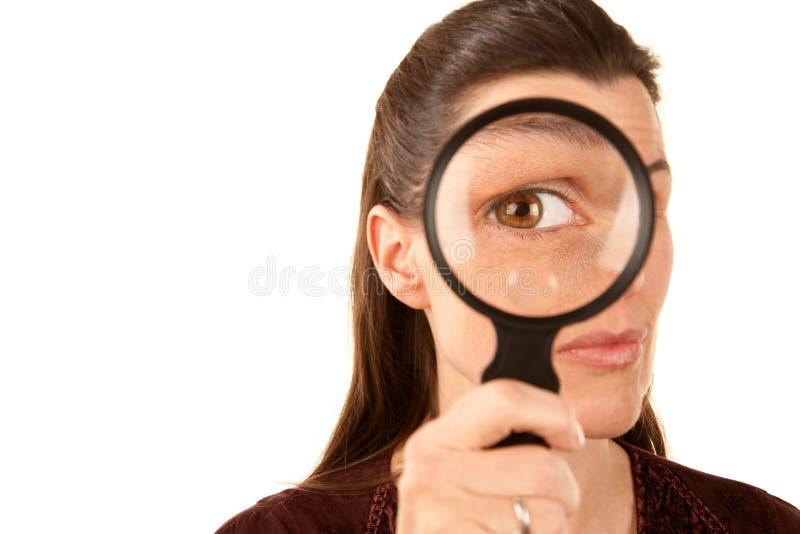 Vrij volwassen vrouw die vergrootglas met behulp van royalty-vrije stock foto's