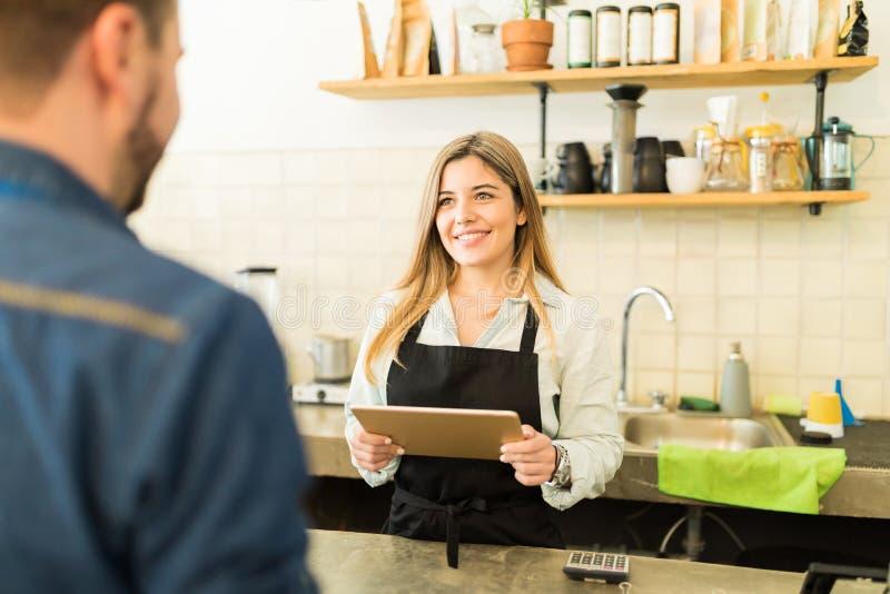 Vrij vrouwelijke barista die een orde nemen stock afbeelding