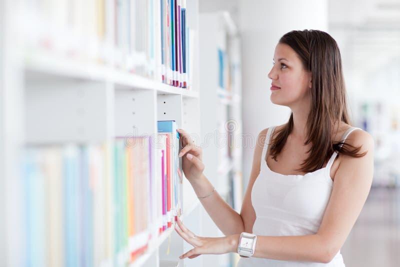 Vrij vrouwelijke student in de bibliotheek royalty-vrije stock foto's