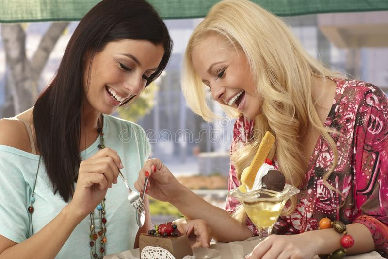 Vrienden die cake het glimlachen delen stock foto