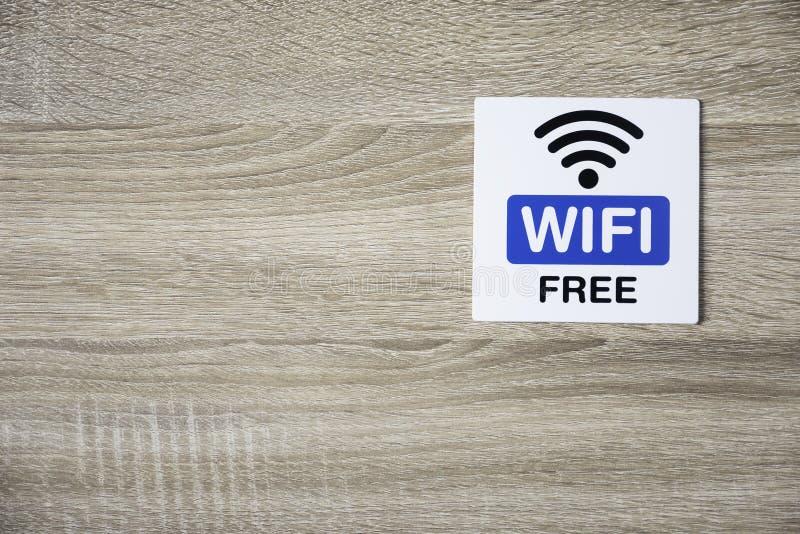 Vrij WiFi-teken op houten muur met ruimte voor het toevoegen van tekst op de linkerkant royalty-vrije stock foto's