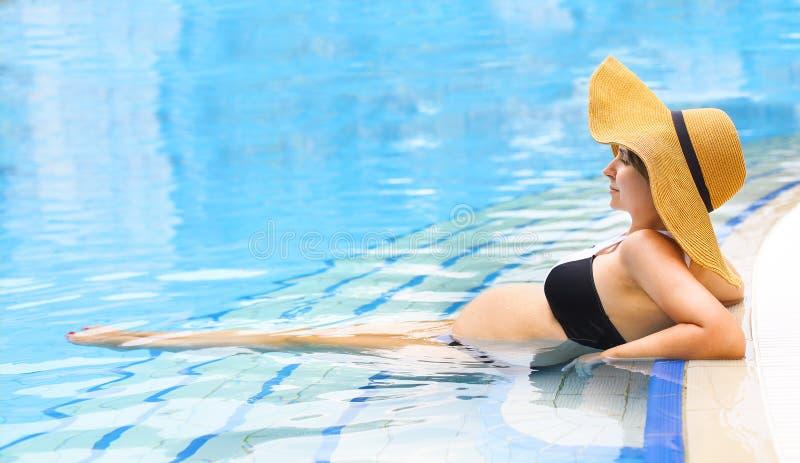 Vrij zwangere vrouw in het zwembad stock afbeeldingen