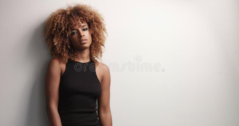 Vrij zwart meisje met grote haar stellende video royalty-vrije stock afbeeldingen