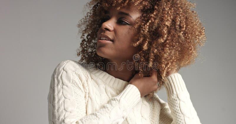 Vrij zwart meisje met grote haar stellende video royalty-vrije stock fotografie