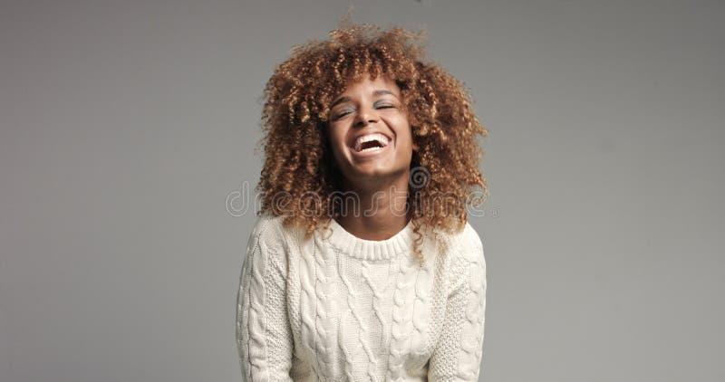 Vrij zwart meisje met grote haar stellende video royalty-vrije stock foto's