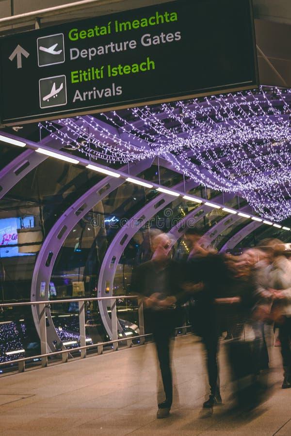 Vrijdag, 22 December, 2017, Dublin Ireland - vage mensen die zich binnen van Terminal 2 van Dublin Airport bewegen royalty-vrije stock foto