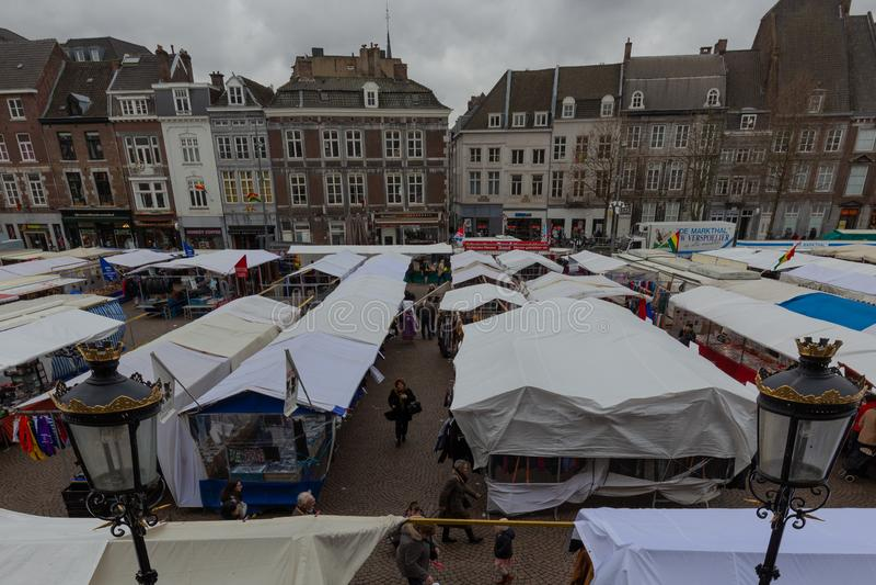 Vrijdagmarkt in Maastricht grootst in Euregion stock fotografie