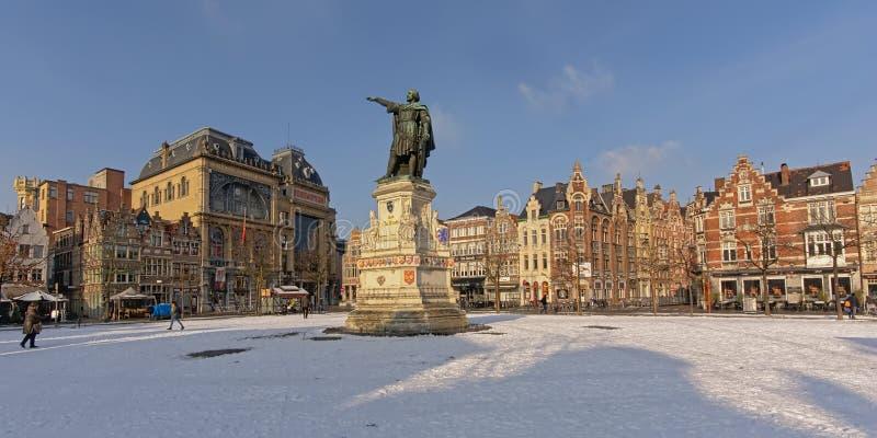 Vrijdagmarkt in sneeuw op een zonnige de winterdag die wordt behandeld royalty-vrije stock afbeeldingen