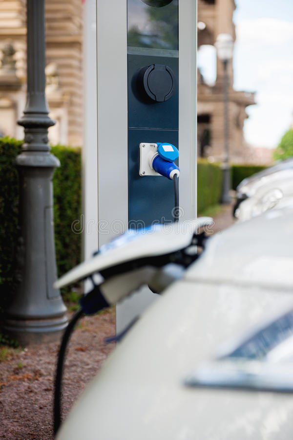 Vrije elektrische auto die post aanvulling stock foto