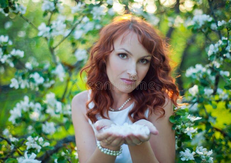 Vrije Gelukkige Vrouw die met Schitterend Rood Haar van Aard genieten Schoonheids Jong Meisje Openlucht in de Lentetuin Het conce stock afbeelding
