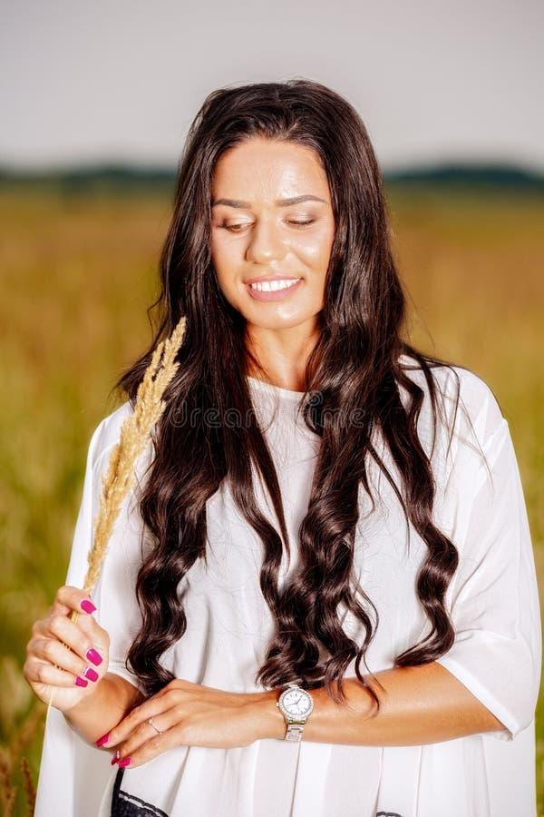 Vrije Gelukkige Vrouw die van Aard en Vrijheid genieten Schoonheidsmeisje Outdoo royalty-vrije stock foto